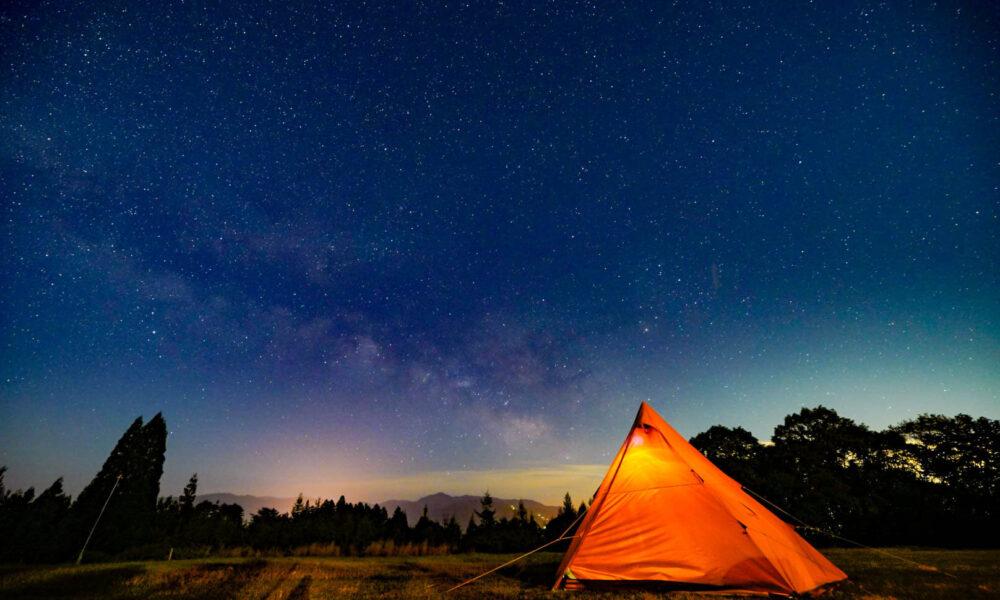 満天の星空広がる 草原のキャンプ場で過ごすひととき